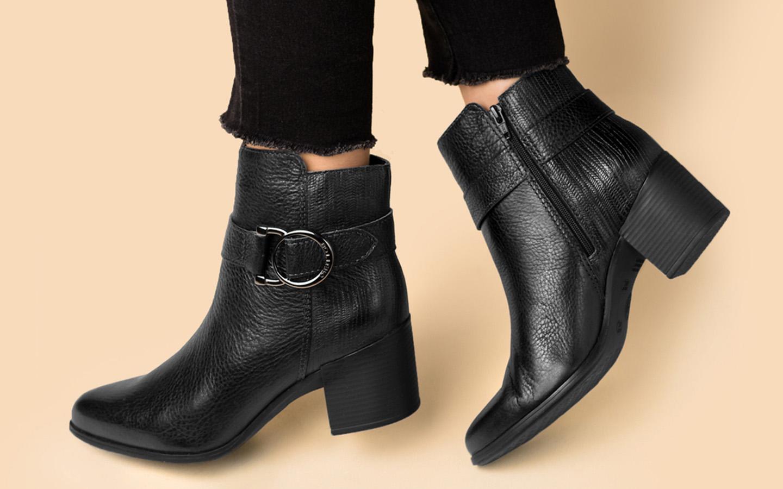 Ankle boot na cor preta com salto baixo em bloco e fivela grafite no tornozelo