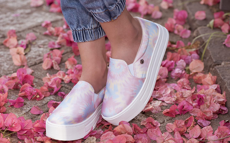 Estampa tie dye é destaque em tênis e sandálias